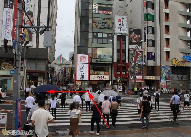 JR上野駅広小路口を出ましたら、目の前の横断歩道を渡り、左に折れます。