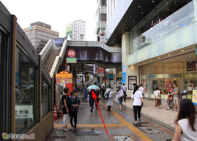 上野マルイを過ぎましたら、道なりに歩き右折します。