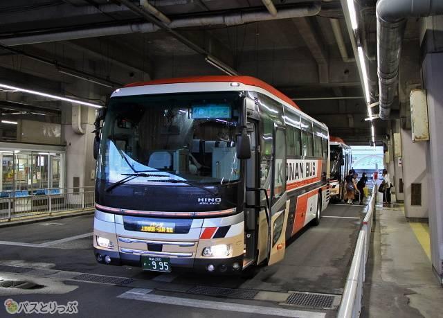 弘前バスターミナルに到着した「パンダ号」