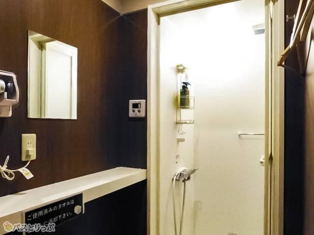 シャワーは10分100円。時間カウントは水が出ている間のみなのでゆっくり洗える!