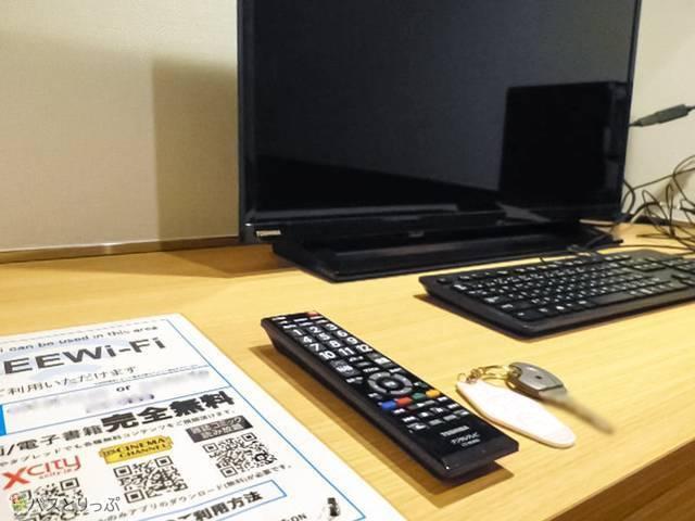 広くて使いやすいパソコン机、フリーWi-Fiの案内もこちら