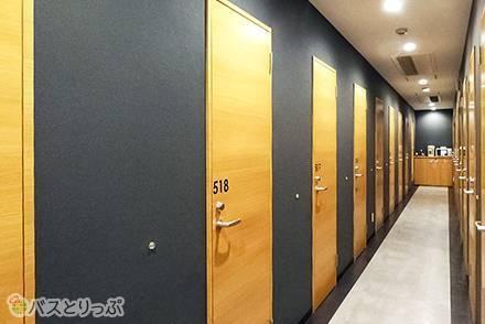 全室が鍵付き個室。扉が並ぶ廊下はまるでホテルのよう!