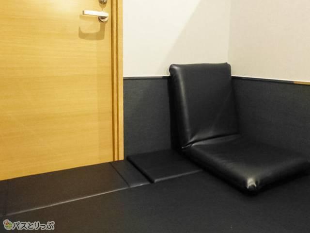 フタを閉めると全フラットに! 座椅子を置いてもこのゆとり