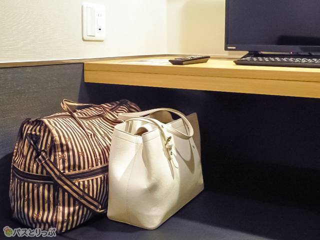 パソコン机の下スペースには、ボストンバッグも楽々!