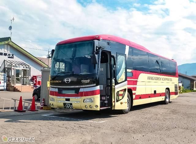 長電バス3列独立シート。車体は日野セレガ