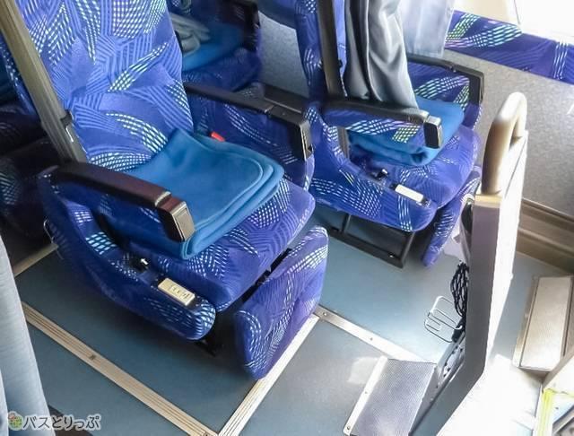 座席は隣と少し前後させてある配置。プライバシー確保!