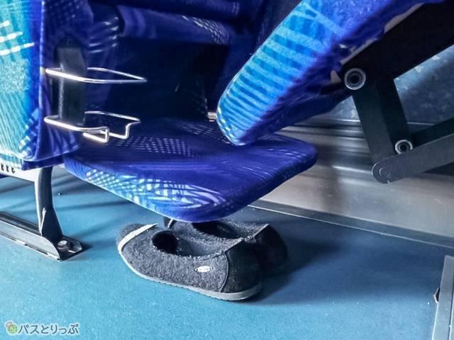 フットレスト・レッグレストは下に靴が置ける高さ