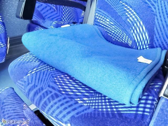 毛布の大きさは約100×130cmほど