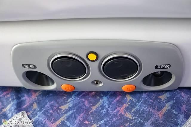 座席上部にはエアコンがあります