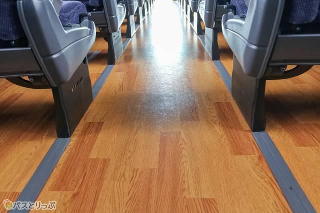 床は木目調で上品なイメージ
