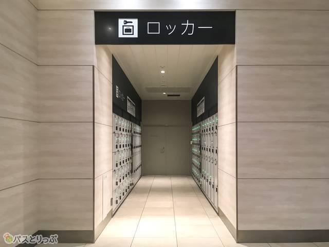 中央改札を出て、東口へ向かうエレベーターの左側にもコインロッカーがあります