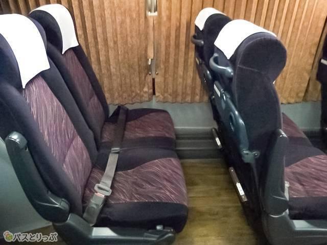 通常モードの座席シートがこちら。アームレストを上げた状態