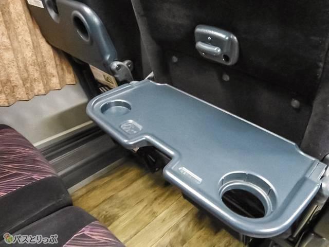 テーブルあり。前座席が背もたれを倒しても斜めにならない仕掛け!