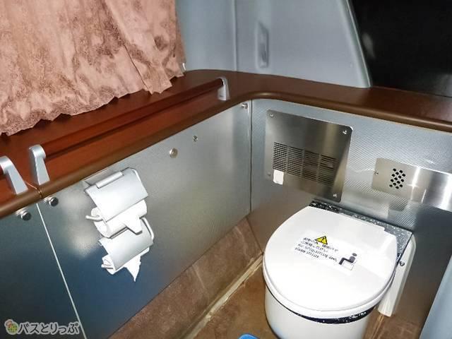 座席後方に広めのトイレあり。周辺には手すりも