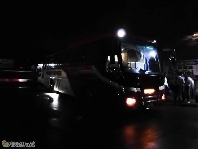 「昌栄交通須坂ICバスターミナル」雨の夜はここまで暗いこともあるので注意!
