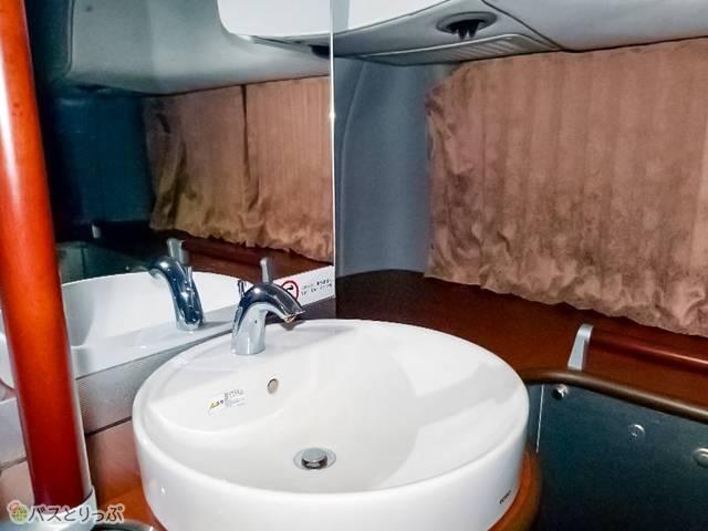 バス車内トイレには珍しい、洗面台と大きな鏡つき!