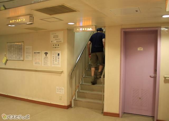 展望浴場へは専用の階段を上って移動