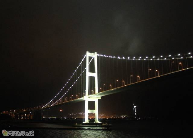 ライトアップが美しい白鳥大橋