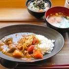無料朝食では野菜たっぷりカレーやお茶漬け、他に焼き立てパンやゆでたまごなども