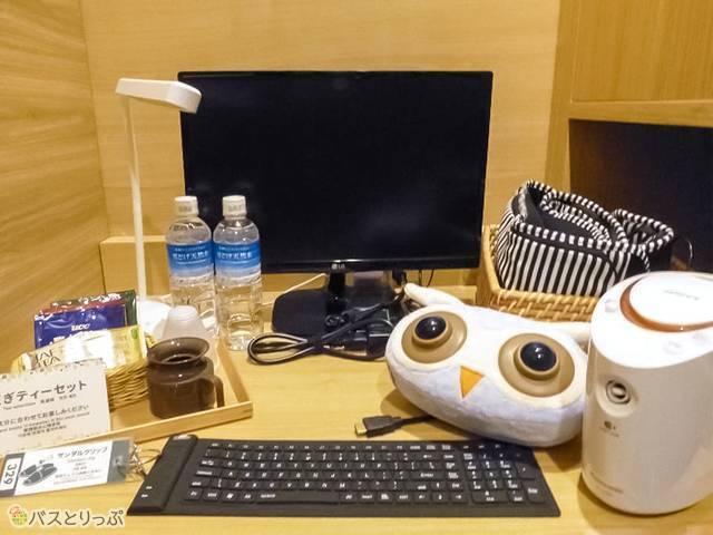プレミアルームには机やパソコン、マッサージ器具やお茶や冷蔵庫も!