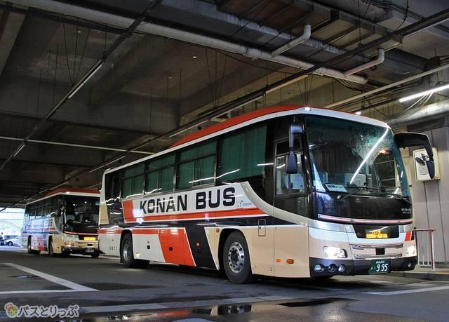弘前バスターミナルにて2台の「パンダ号」が並ぶ
