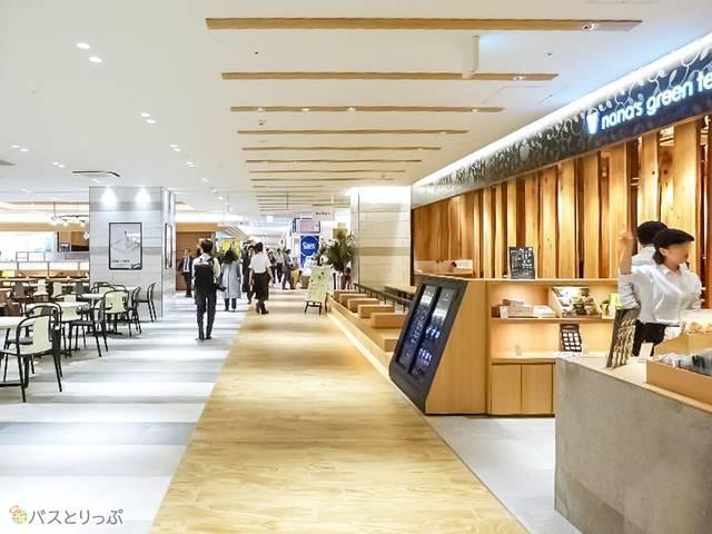 カフェやレストラン、お土産や洋服や雑貨まで多くの店舗が入る商業施設