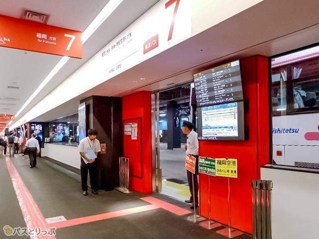 バスターミナル内。乗り場には個別に電光掲示板設置