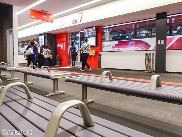 待合室はない代わり、乗り場付近に簡易ベンチあり