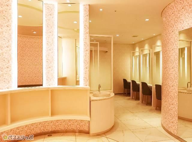 2Fには女性用パウダールームあり。もちろん利用無料!