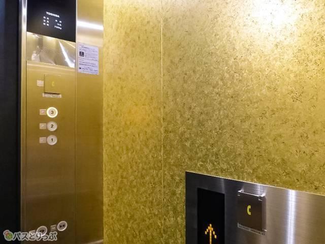 エレベーター内は金色! 二条城の金屏風をイメージ