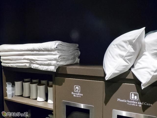 枕や毛布、加湿器なども自由に借りてキャビンへ持ち込める