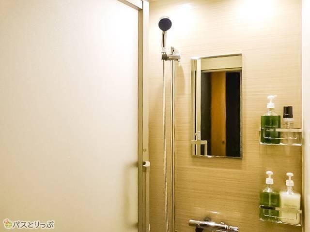 男性用・女性用どちらにも個室のシャワールームあり