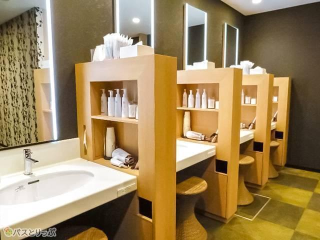 一人分スペースの広い洗面台。写真は女性用