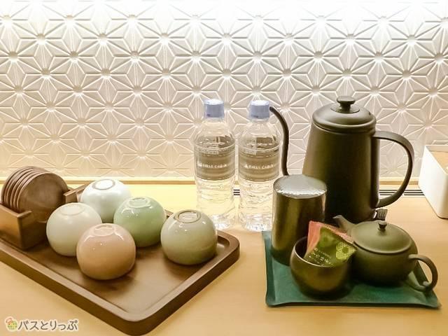 お茶やミネラルウォーター、お茶菓子の用意も