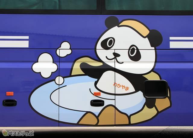 車体側面には愛らしいパンダが