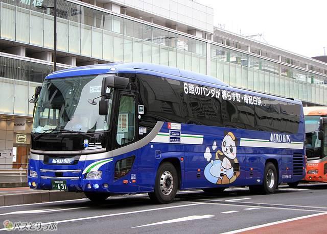 車体カラーが藍色の「ホワイトビーチシャトル」691号車