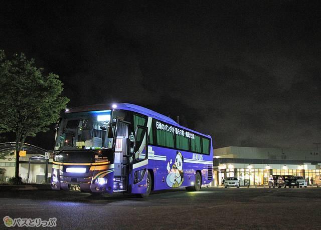 紀ノ川サービスエリアに停車中の「ホワイトビーチシャトル」