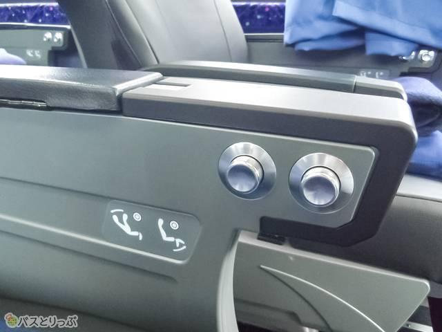 リクライニングとレッグレスト使用ボタン.jpg