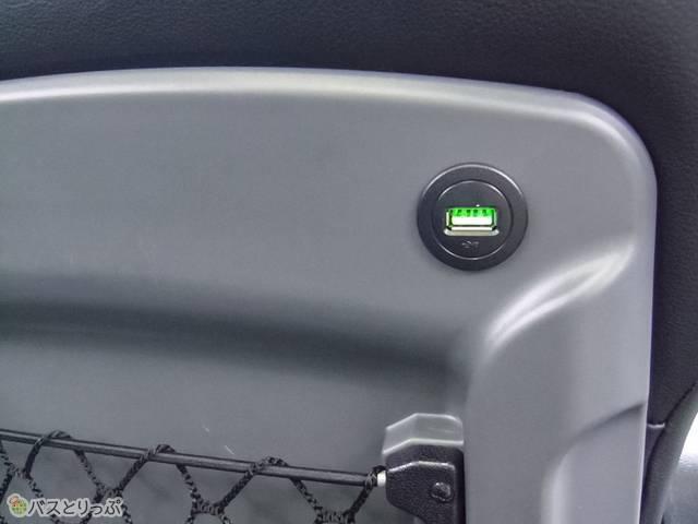 USBポートは座席ポケットの斜め上.jpg