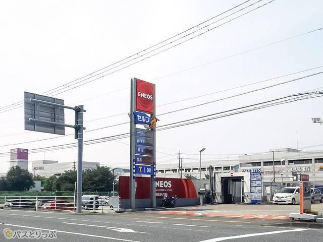 ガソリンスタンドの後ろに巨大なショッピングモールがあります