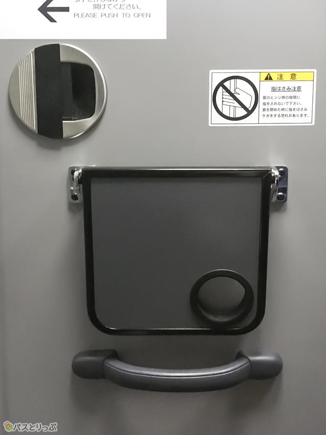 ドアのロックをかけるとライトが点灯します。ちなみにドアには小さなテーブルもついています