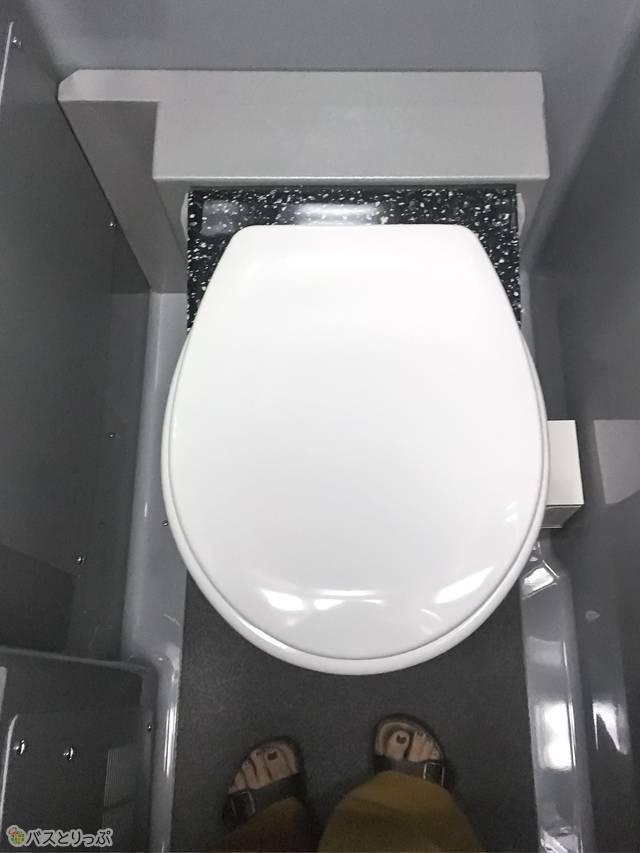 こじんまりとした空間。ドアを閉めると狭く感じますが清潔感あり