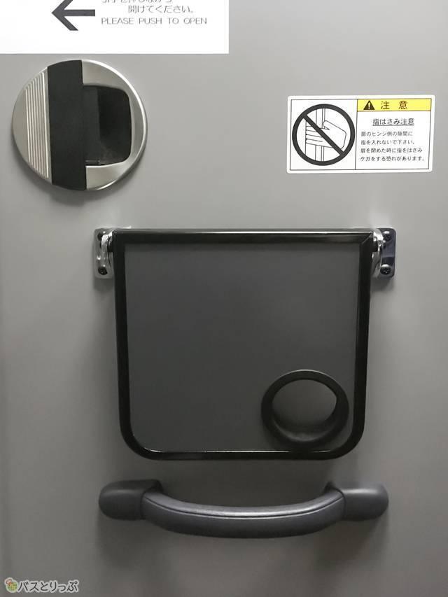 トイレのドアには小さな机もついています