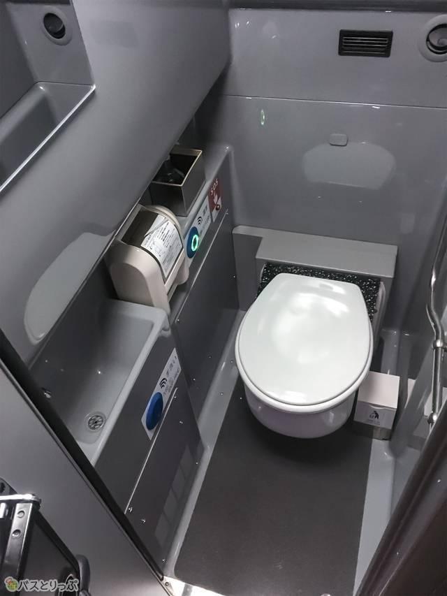 トイレは車内の前から4列目あたりの場所にあります