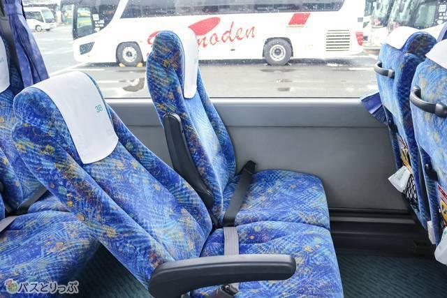 座席の様子。リクライニングは3列独立ほどは倒れません