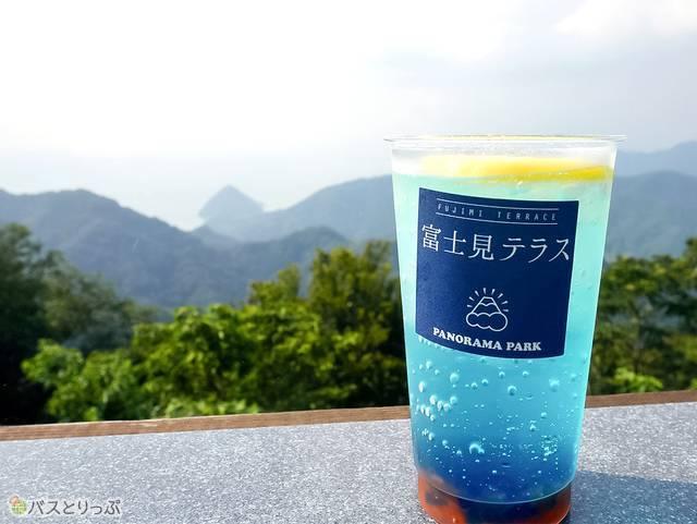 青いソーダ水と紅いザクロシロップのコントラストが美しい「かつらぎサンセット」