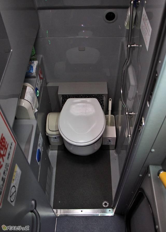 「白浜ブルースカイ号」「ホワイトビーチシャトル」のトイレは車内中央部に設置