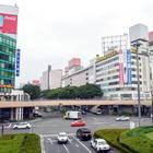 仙台駅西口を背に七十七銀行方面にペデストリアンデッキを進みます