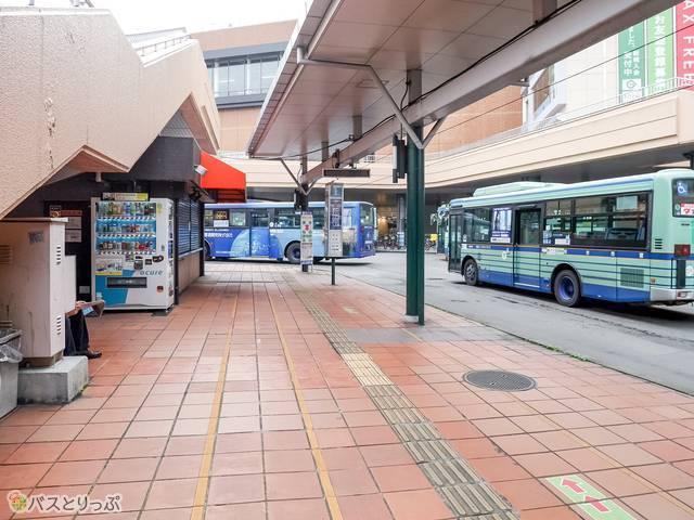 (3)1番バスのりばは右側に