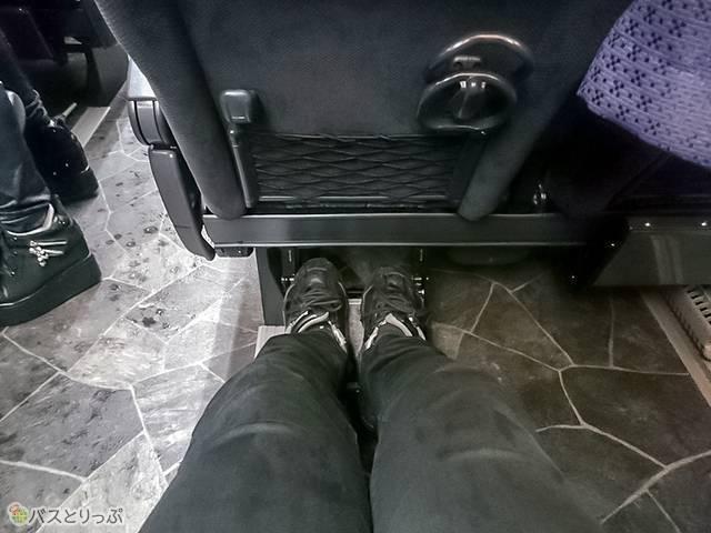 4列ゆったりシートの足元